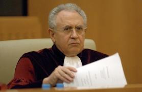 LUX104 LUXEMBURGO (LUXEMBURGO) 23/05/07 : El fiscal general Paolo Mengozzi lee las conclusiones del juicio Laval un Partneri contra el sindicato sueco de constructores Byggnads en el Tribunal de Primera Instancia Europea en Luxemburgo, hoy miércoles 23 de mayo. EFE/Nicolas Bouvy